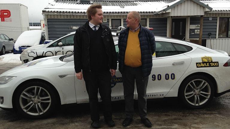 Adam Johansson, taxiförare tillsammans med Kenneth Martinsson, platschef. Foto: P4 Gävleborg