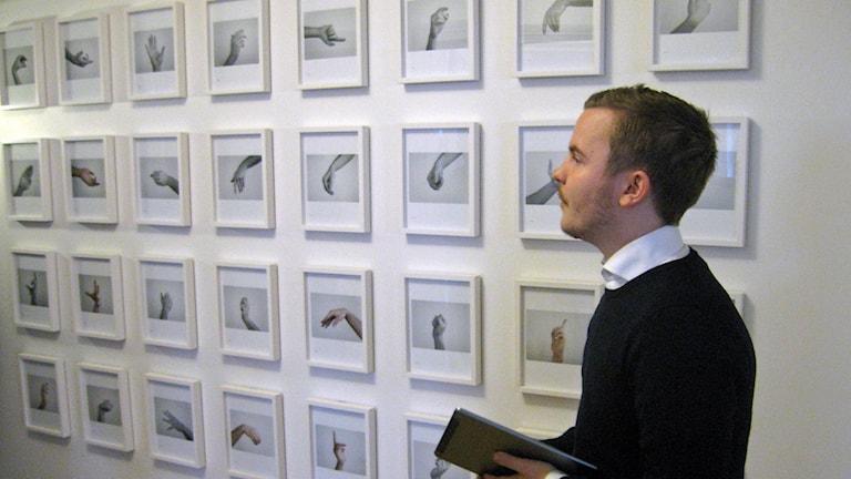 """The Limp Wrist"". Erik Anderman presenterar Conny Karlsson Lundgrens verk. Foto: Tomas Groop/ Sveriges Radio"