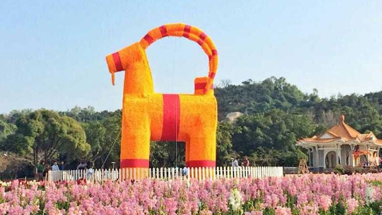 Bock blir get under getens år. Här står Gävlebocken färdigbyggd på plats i Kina. Foto: Leif Bäcker