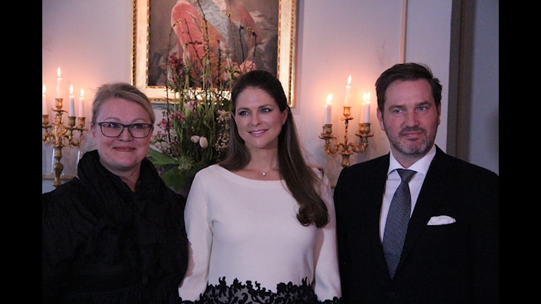 Princess Madeleine and her husband Chris O'Neill letting themselves be photographed together with a local entrepreneur in Gävle during the visit there. Photo: Gabriel Henning/Sveriges Radio