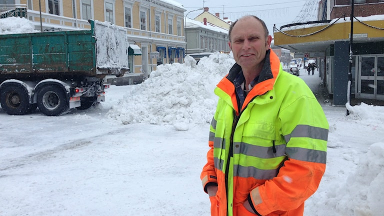 300 000 kr per dygn kostar snöröjdningen i centrala Hudiksvall berättar Lars Svensson, som är ansvarig för snöröjningen. Foto: Hasse Persson/Sveriges Radio