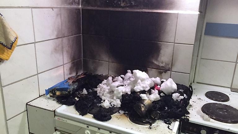 Kraftig rökutveckling och mindre skador invid spisen blev resultatet av den väska som fattade eld på spisen på Folkets Hus i Näsviken. Foto: Norrhälsinge Räddningstjänst
