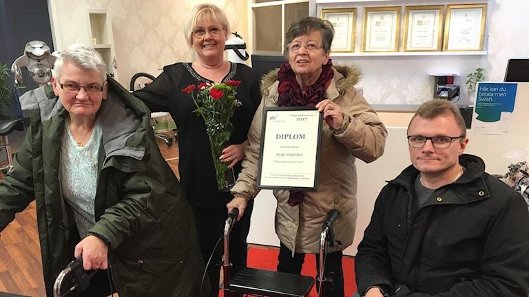 Med blommor och diplom uppvaktades Annika Löfquist av Agneta Frid, DHR Gävleborgs ordförande Lisbeth Forsman och vice ordförande Lars-Göran Wadén.