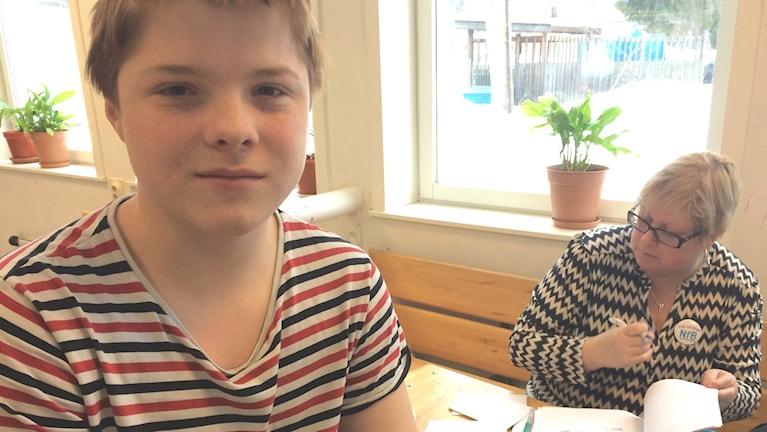 Sam Stivey på Arbråskolan lovar att inte börja röka eller snusa. Marie Svensson från Narkotikafritt Bollnäs delade ut medlemskort idag. Foto: Agneta Sundberg/Sveriges Radio