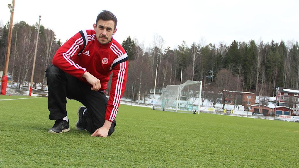 Hudiksvalls lagkapten Niclas Larsson spanar in konstgräset inför mötet mot Malmö FF. Foto: Magnus Hansson/Sveriges Radio.