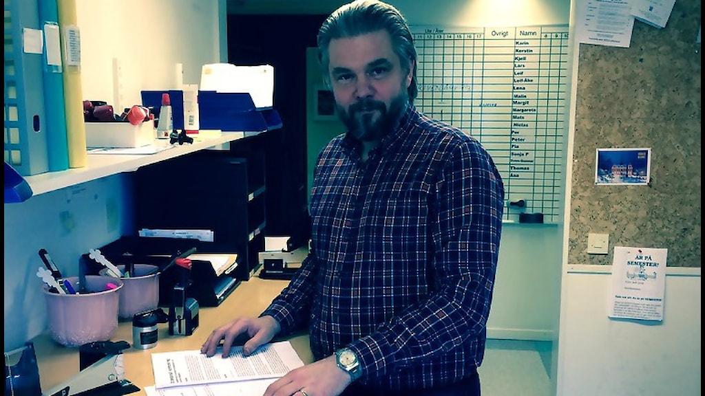 Anders Uddén är kultur och fritidschef i Söderhamn. Framför sig har han utredningen om en bandyhall som Söderhamns politiker ska fatta beslut om i mars. Foto: Christian Höijer/Sveriges Radio