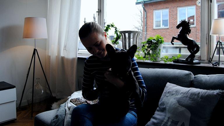 Evelina Nilsson tar varje dag flera olika mediciner för att hålla sjukdomen endometrios i schack.