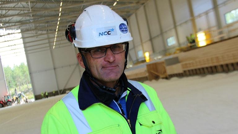 Per-Åke Malmsten, platschef på NCC som bygger bandyhallen i Söderhamn,lovar is i mitten av oktober.