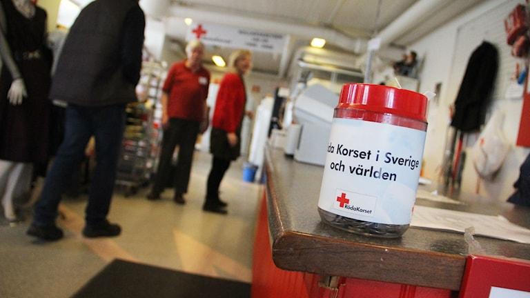 Röda Korset i Bollnäs har höjt priset på vissa varor för att klara av momskravet. Foto: Magnus Hansson/Sveriges Radio