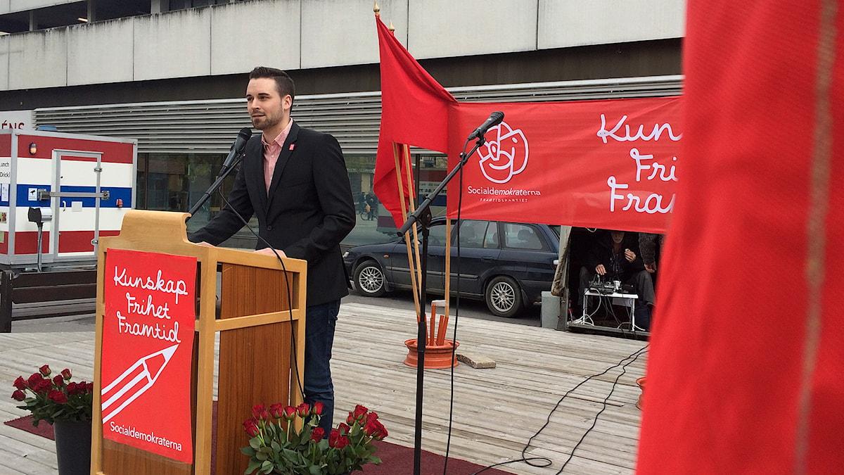 Kristoffer Lindberg, S-ordförande i Bollnäs, talade under 1 maj-firandet. Foto: Magnus Hansson/Reporter.