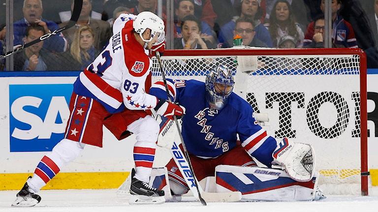 New York Rangers målvakt Henrik Lundqvist (30) blockerar ett skott från Washington Capitals center Jay Beagle (83) under andra perioden. Kathy Willens /AP/TT