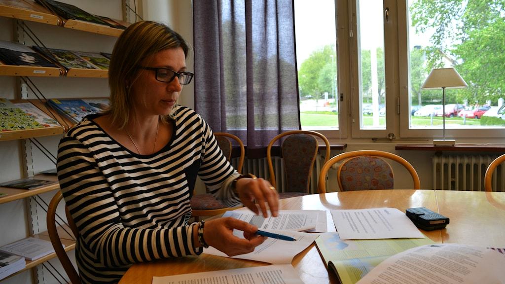Lijana Gottby har sett tecken på att havsörnsägg kan ta skada av de miljögifter som fortfarande finns kvar längs kusten mellan Gävle och Östhammar. Foto: Cecilia Corfitsen/Sveriges Radio.