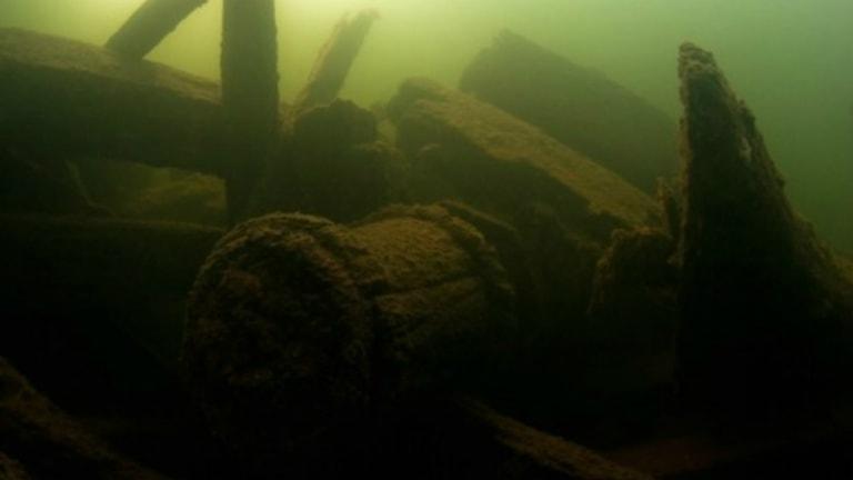 Delar från skeppsvrak under ytan. Foto: Axmar Blue Park.