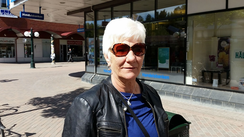 Elsy Larsson är heligt förbannad på att kontanthanteringen försvunnit från de flesta bankkontoren. Foto: Christian Höijer/Sveriges Radio