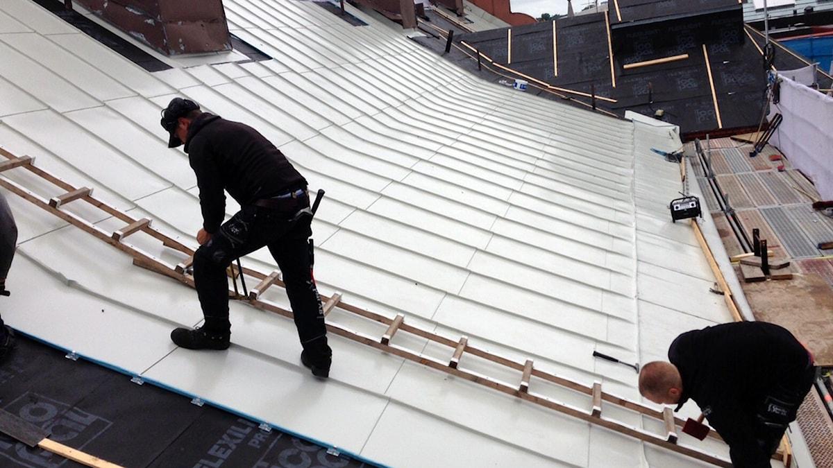 Nu när taket renoveras så återställs färgen till den ursprungligt gråa nyansen. Foto: Martin Svensson/Sveriges Radio