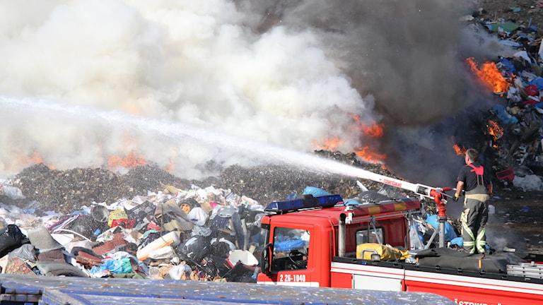 Brand på återvinningscentralen i Forsbacka i Gävle kommun. Foto: Roger Nilsson.