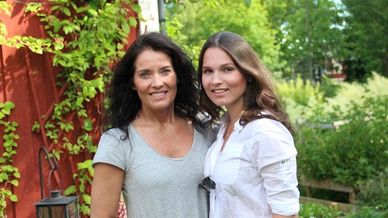 Agneta Sjödin och hennes dotter Maja Strömstedt i trädgården hos mamma Barbro. Foto: Linnéa Forss/Sveriges Radio