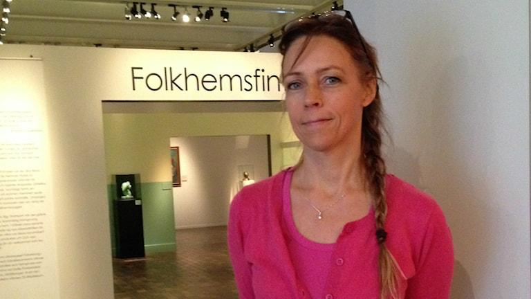 """Intendenten Ingela Jönsson är en av dem som fördjupar utställningen """"Folkhemsfint"""" på Länsmuseet Gävleborg. Foto: Linnéa Forss/Sveriges Radio"""