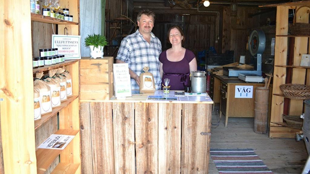 Paret Camilla Wingelin och Henrik Bergman bakom disken i sin gårdsbutik i Stråtjära