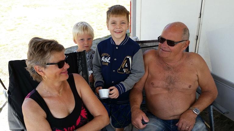 Lilian och Anders Holmlund från Stöde utanför Sundsvall tog med barnbarnen Elliott och Charlie på campingsemester till Söderhamn. Foto: Christian Höijer/Sveriges Radio