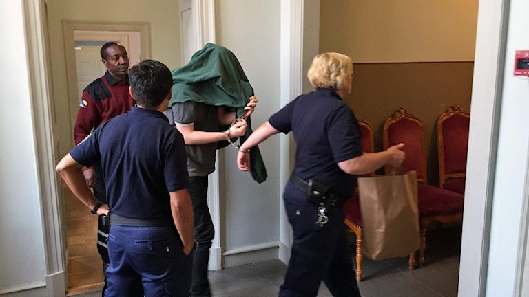 Den dömde åklagaren från Gävle förs in i rättssalen i Svea hovrätt. Foto: Christian Ploog / Sveriges Radio