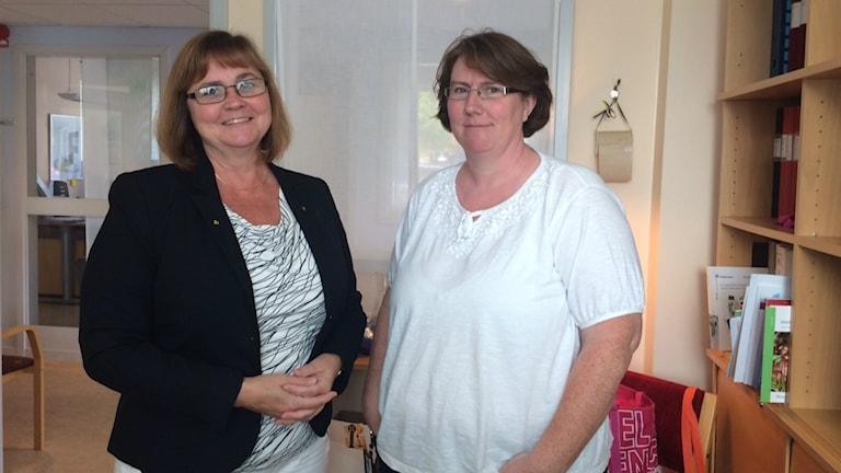 Bergviksskolans rektor Åsa Eng Eriksson (till vänster) och samordnare Viktoria Johansson. Foto: Jenny Sanner Roosqvist/Sveriges Radio
