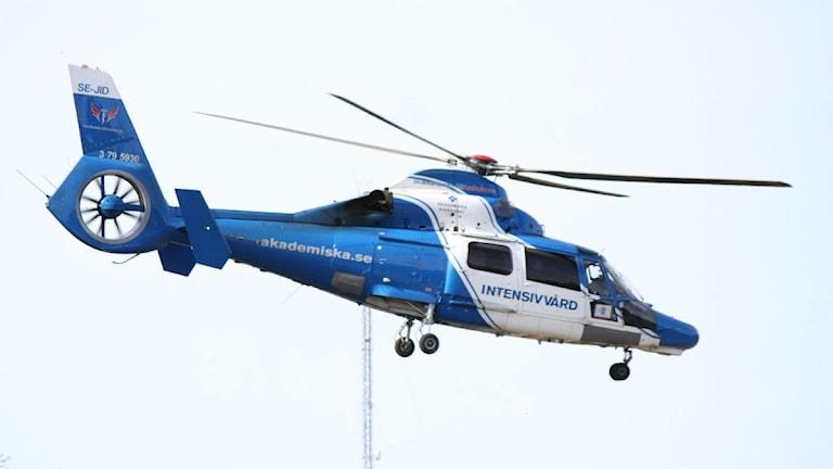 En av de skadade flögs i den här helikoptern till Akademiska sjukhuset i Uppsala. Foto: Roger Nilsson