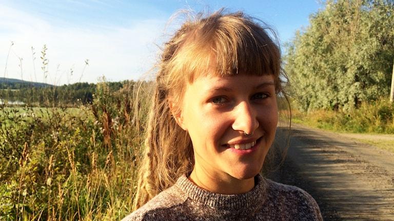Kristina Kickan Wicksell på grusvägen utanför sitt barndomshem i Ilsbo.