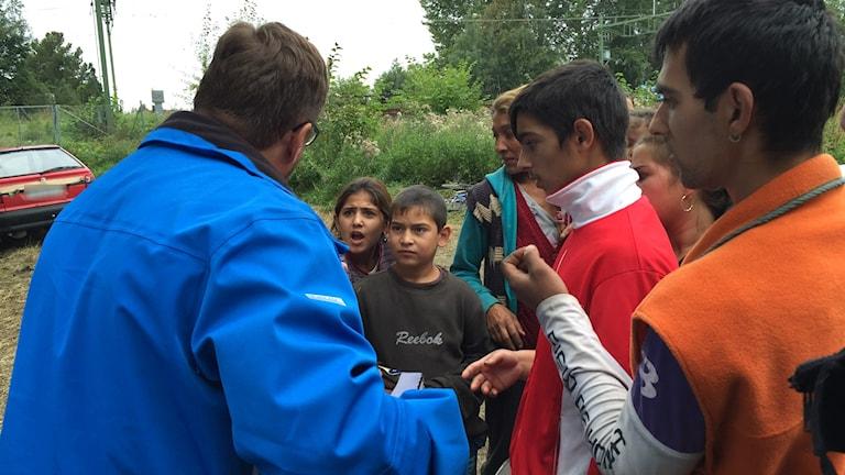 Lasse Wennman på Matakuten delar ut gröt och välling till människorna i det romska EU-migrantlägret på Näringen i Gävle. Foto: Christian Ploog / Sveriges Radio