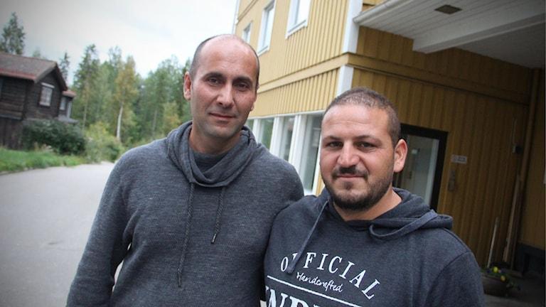 Rami Mousa och Muneer Qajami flydde i 26 dagar genom Europa. Nu bor de i Alfta. Foto: Magnus Hansson/Sveriges Radio