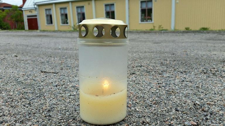 Ett ljus minner om tragiken. Foto: Christian Höijer/Sveriges Radio