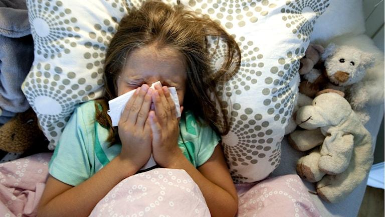 Sjukt barn i säng. Foto: TT