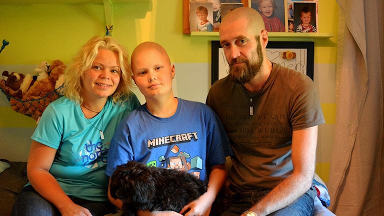 Johanna, Einar och Fredrik Sewon tillsammans med hunden Ally. Foto: Linnea Johansson/Sveriges Radio.