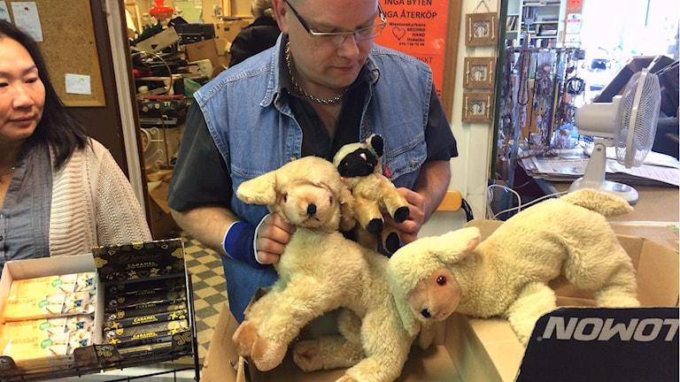 En sista titt på gosedjuren inann de får nya ägare. Foto: Larry Forberg/Sveriges Radio
