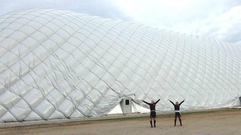 Fotbollshallen är en jätteballong på 80 gånger 115 meter med 24 meter till taket. Foto Hasse Persson/Sveriges Radio