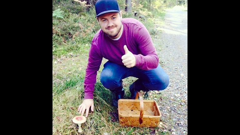 """Martin hittar bara """"fulsvamp"""" i år. Foto: Emma Åhlström/Sveriges Radio"""