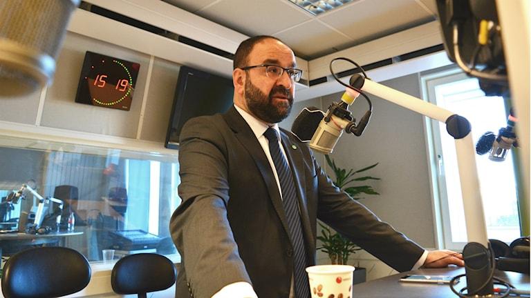 Bostads- och stadsutvecklingsminister Mehmet Kaplan under en intervju i P4 Gävleborgs Eftermiddagsstudio. Foto: Emma Åhlström/Sveriges Radio