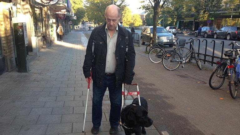 Synskadade Hans-Gunnar Högstedt och hans ledarhund Emil. Foto: Staffan Mälstam/Sveriges Radio