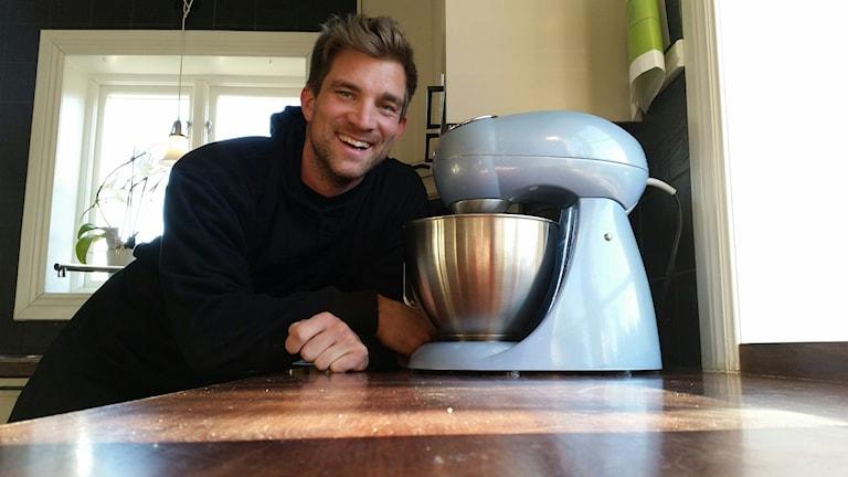 Linus Larsson är kocken som sadlade om till kakel- och plattsättare. Men nu håller hans stora hobby, mat och bakning, på väg att ta över alt mer av tiden igen. Foto: Christian Höijer/Sveriges Radio