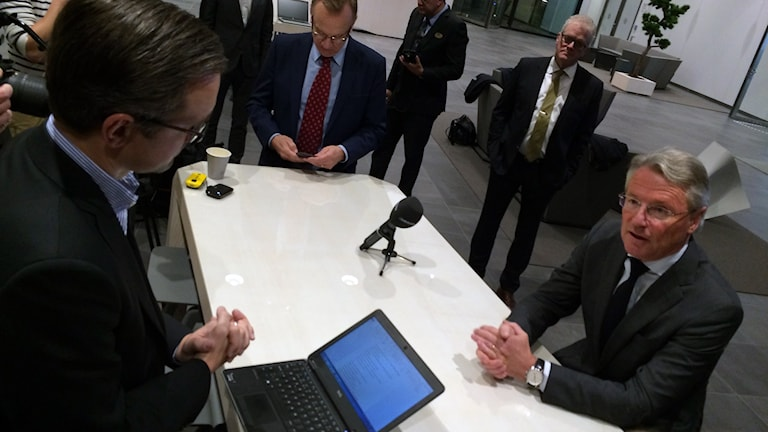 Sandviks nya vd Björn Rosengren (t. h.) möter media för första gången i Sandviken. Foto: Christian Ploog / Sveriges Radio