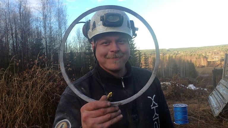 Kompositstolpe i genomskärning. Ola Johansson monterar. Foto:Hasse Persson/ SR