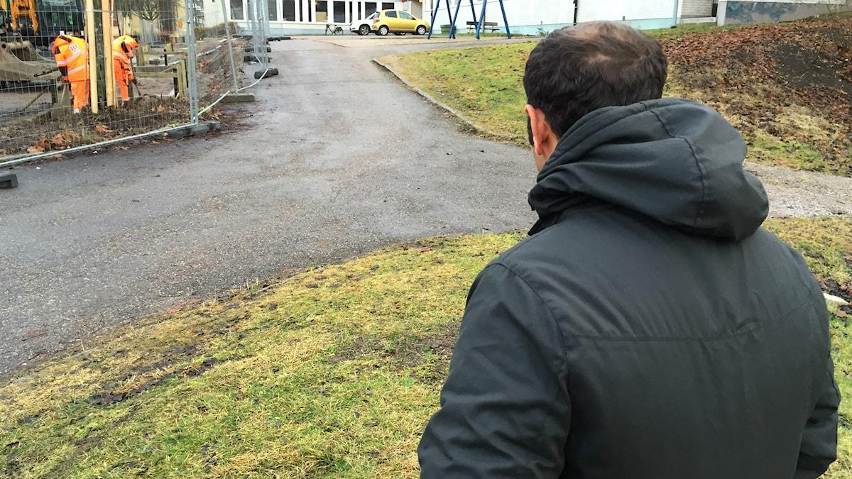 Walid Alalu bor just nu i Stenebergsskolans gymnastiksal. Foto: Christian Ploog/Sveriges Radio