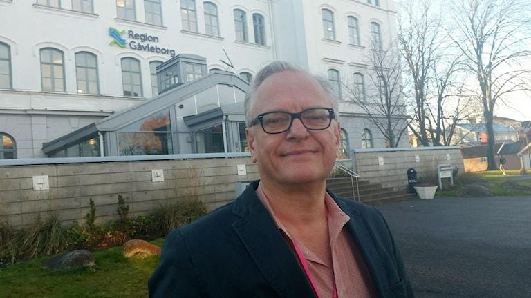 Bo Svedberg är ekonomi och it-direktör på Region Gävleborg och den som har högsta ansvaret på Region Gävleborgs pensionsportfölj på tre miljarder. Han kände inte till att Skagen Global investerar i kontroversiella bolag som Lundin Oil, BP, Gazprom och Kasmunaigaz. Foto: Christian Höijer/Sveriges Radio