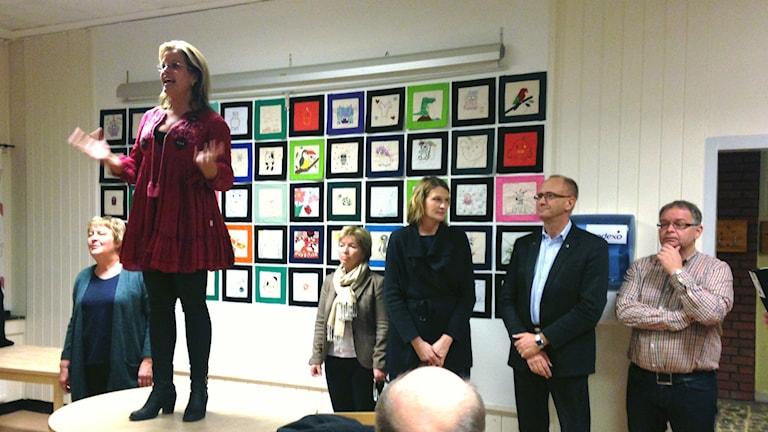 Åsa Wiklund Lång (S), kommunstyrelsens vice ordförande i Gävle, på mötet i Valbo i går. Foto: Fredrik Björkman / Sveriges Radio