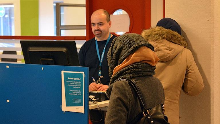 Arbetsförmedlare Johannes El-Yassir förmedlar också bostäder. Foto: Tomas Groop/Sveriges Radio