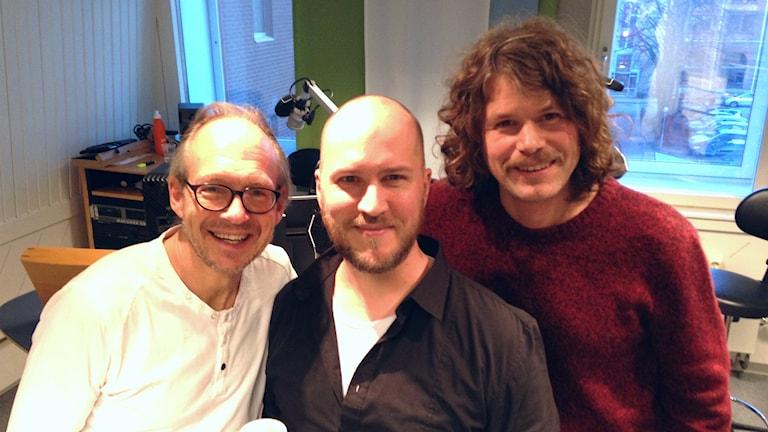Micke Hyvärinen och Per Engman gästar Larry i fredagsstudion. Foto: Sveriges Radio