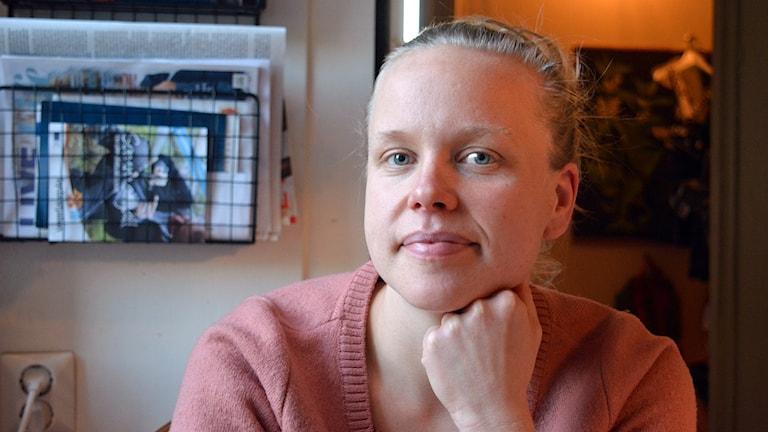 Klara Westerlund, tjänstledig från Kvinnojouren Blåklockan i Gävle, har kartlagt socialtjänstens arbetsmetoder. Foto: Tomas Groop/Sveriges Radio