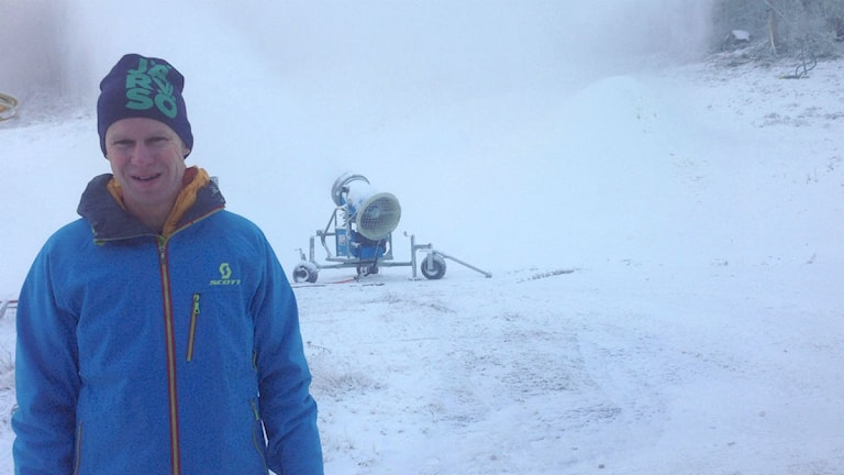 Tre veckor tidigare än förra året är snötillverkningen igång, kan Järvsöbackens vd Peter Augustsson konstatera. Foto: Hasse Persson/Sveriges Radio