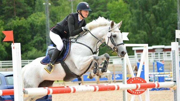 Ronja Frans och ponnyn Frosty Rebel tävlar i Sweden International Horse Show i veckan. Foto: Privat