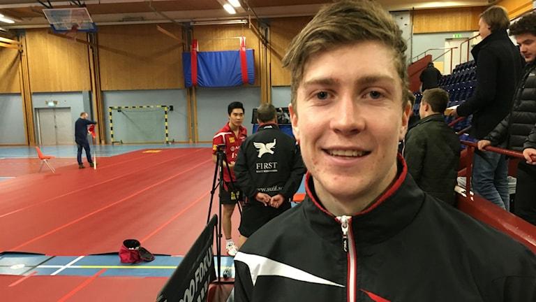 Suifs Anders Eriksson vann mot Halmstads toppspelare Mattias Karlsson. Och då blir man så här glad. Foto: Christian Höijer/Sveriges Radio